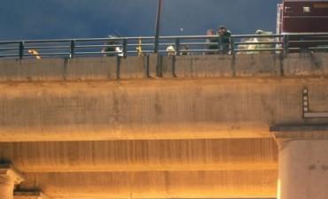 Conmoción en el DF porque apareció un cadáver colgado en un puente