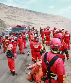 Más de 40 muertos al desbarrancar micro en Perú