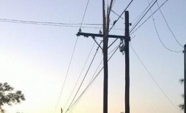 Un rayo, partió un poste de luz y dejó sin energia eléctrica a vecinos de FME