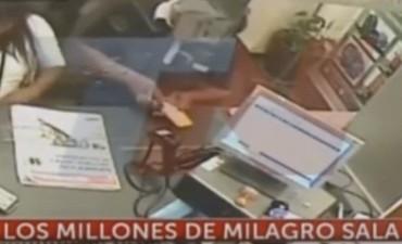 Así se llevaban los miembros de una cooperativa de Milagro Sala 14 millones del Banco Nación
