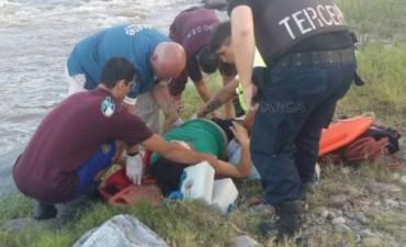 Rescatan a una mujer que fue arrastrada por el agua en el oeste capitalino