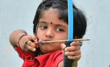 La niña de 2 años que batió un récord de tiro con arco en India
