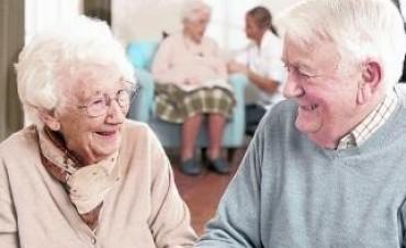La felicidad disminuye con la edad y con la falta de educación