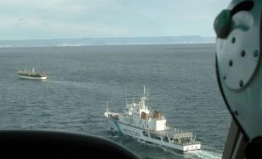 Prefectura persiguió y tiroteó a un barco chino que pescaba ilegalmente
