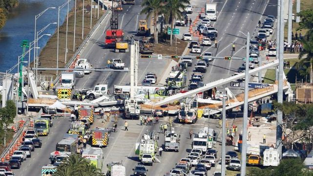 El momento en el que colapsó el puente peatonal de Miami