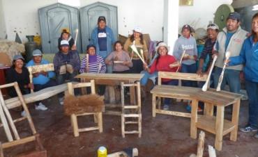 Turismo capacitó en creación de muebles de madera