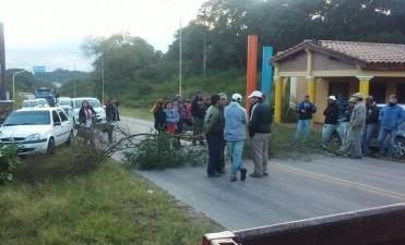 La Federacion de Municipales  de Catamarca cortó rutas en protesta salarial