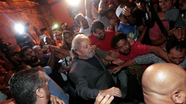 26 horas después, Lula se entregó y lo llevan a la cárcel