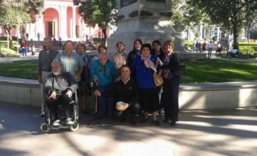 Abuelos del Hogar Fray Mamerto Esquiú regalaron escarapelas en la plaza 25 de Mayo