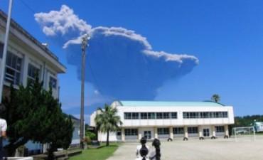 Alerta en Japón por terremoto y volcán en erupción