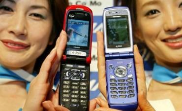Porqué los famosos están volviendo a usar los viejos teléfonos con tapa