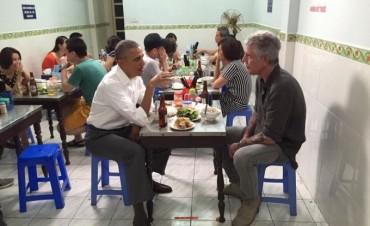 Obama cena por 6 dólares en Vietnam con Anthony Bourdain