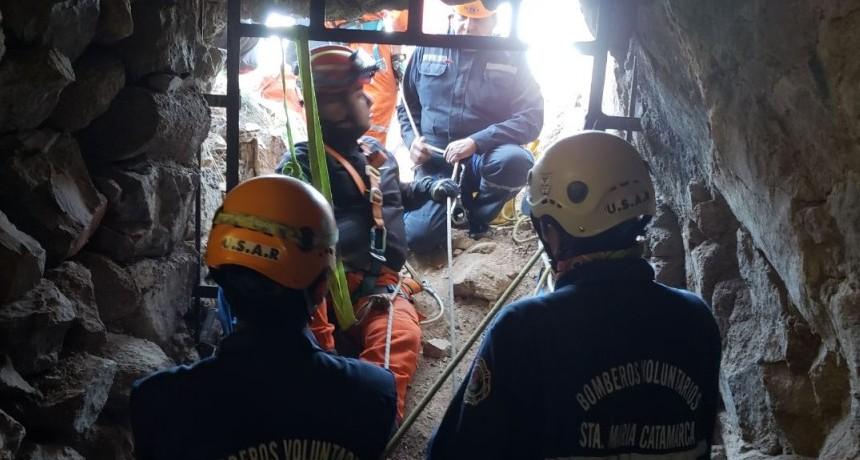 Bomberos Voluntarios rescatan a Turista Cordobes que cayó a 30 metros en una chimenea de ventilación