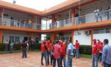 Irrumpen en una Alcaldía Opositora y arrojan a Empleados desde un Balcón