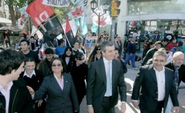 Randazzo y Lucía Junto a Militantes en el PJ