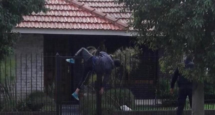 Quiso asaltar una casa, quedó enganchado de la reja y fue detenido