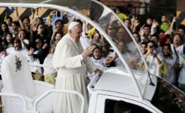 Francisco saludó a presas en Asunción e Invito a Niños a dar una Vuelta en papamóvil