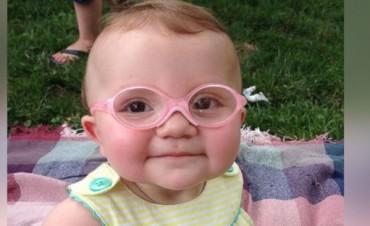 La reacción de una beba al ver a sus padres por primera vez