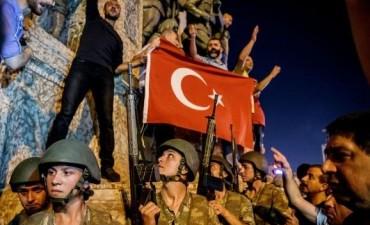 El gobierno turco anunció el fin del Golpe de Estado que dio lugar a enfrentamientos con al menos 40 muertos