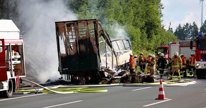 Micro repleto de jubilados se prendió fuego: 18 muertos
