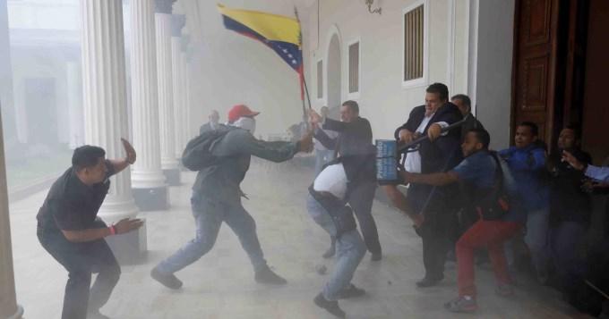 Seguidores de Maduro irrumpen Parlamento y golpeandiputados