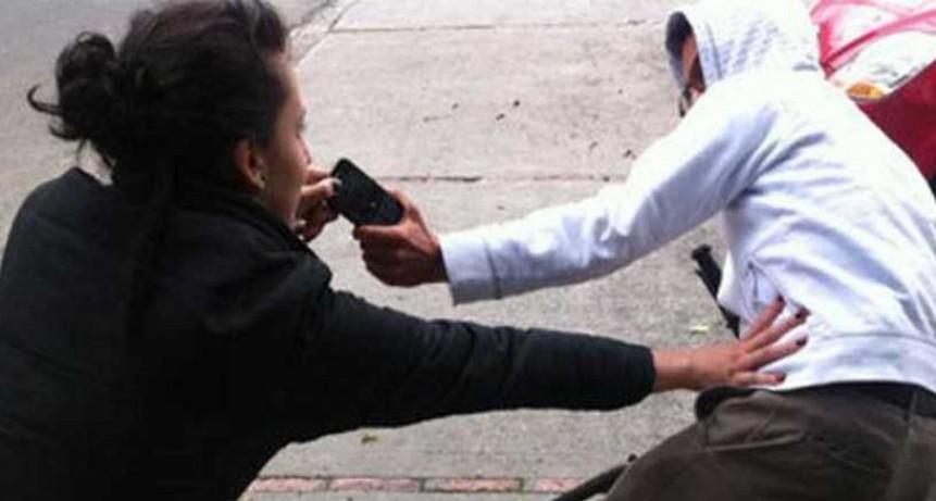 La arrastró varios metros para robarle la cartera