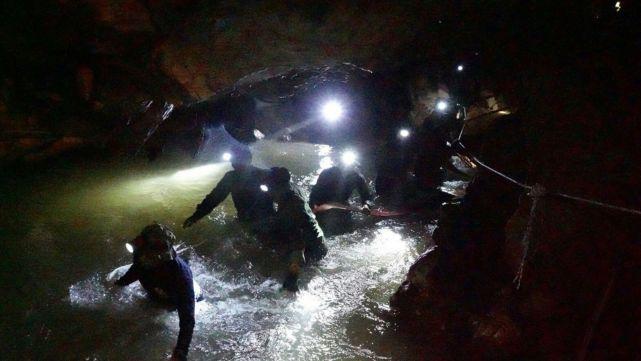 Rescatan sanos y salvos a 12 nenes atrapados en cueva de Tailandia