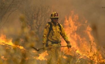 Más de 9000 bomberos luchan contra un incendio en California