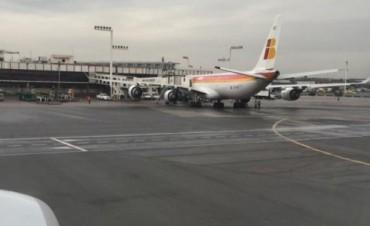 Un avión de Iberia aterrizó de emergencia en Ezeiza luego de impactar con un pájaro