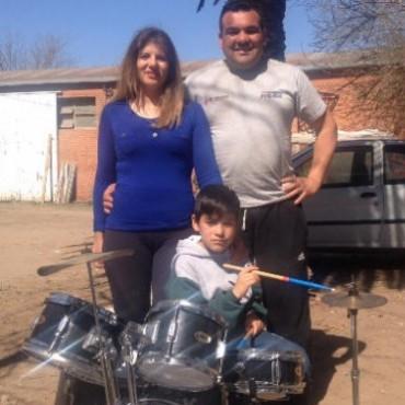 Axel recibió su batería regalo de la Banda Trulalá