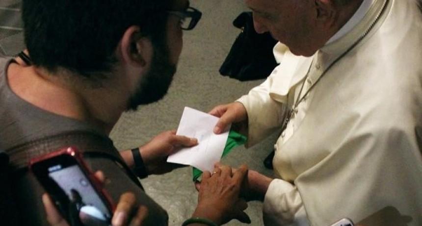 Un argentino le entregó un pañuelo verde al papa Francisco