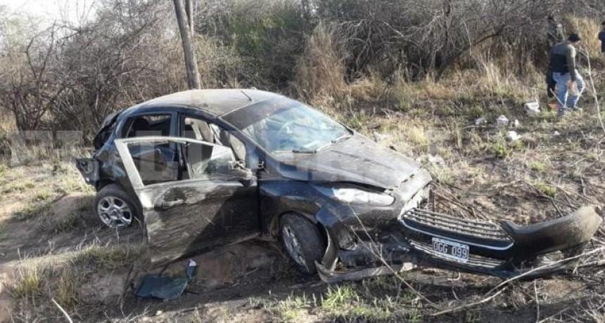 Una mujer perdió la vida tras volcar un auto