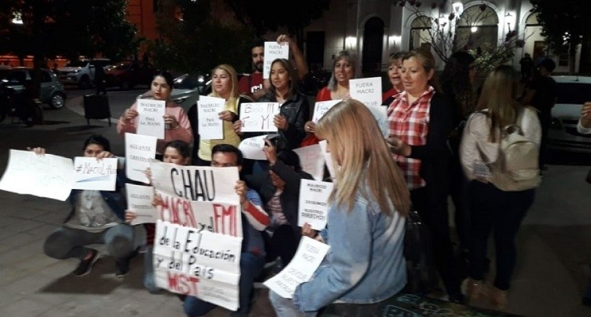 Un grupo de personas protestó por la situación económica del País