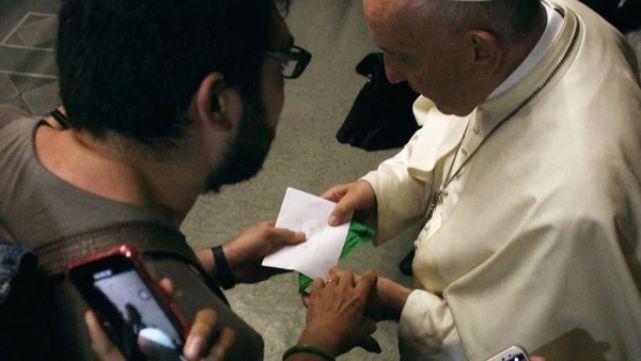 Duro comunicado del Vaticano por el pañuelo verde entregado al Papa