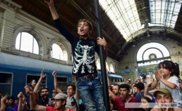 La ciudad de Viena recibió con aplausos a los refugiados del primer tren especial