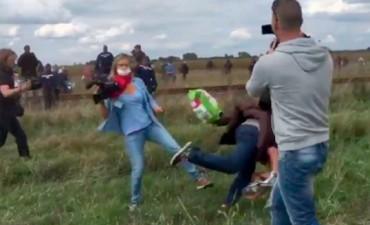 Esta es la periodista que empujó a los refugiados en medio del drama