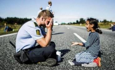 Un policía danés jugando con una nena siria conmueven al mundo