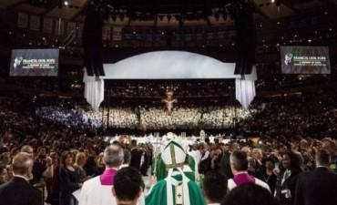 El Papa celebró misa ante una multitud en el Madison