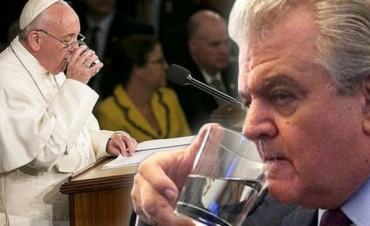 Un congresista de EE.UU se llevo el vaso de agua que uso Francisco para bendecir a sus nietos