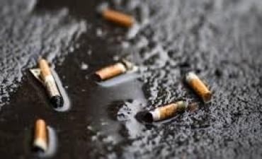 París contra los fumadores: multará a los que tiren colillas de cigarillos a la calle