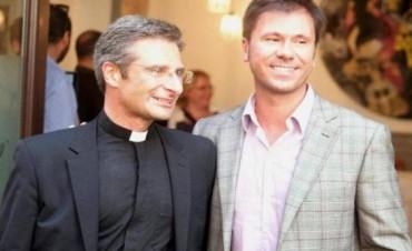 Echaron a un sacerdote que se confesó gay
