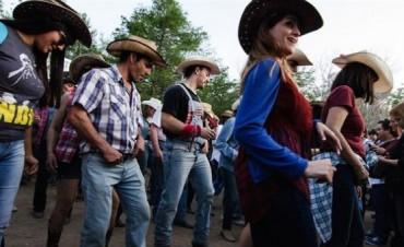 Todos los años, San Pedro cambia las ensaimadas por la música country
