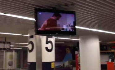 Un aeropuerto proyecta por accidente una película porno en sus pantallas