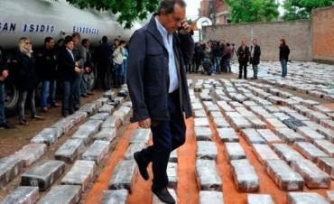 Scioli: polémica foto en operativo antidrogas y bromas en las redes
