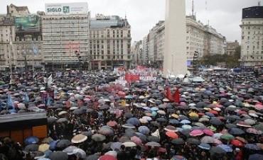 Una multitud vestida de negro marcha desde el Obelisco a Plaza de Mayo