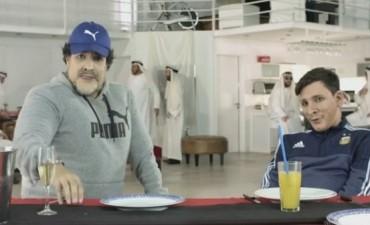 A reírse: Maradona le enseña el himno argentino a Messi
