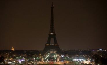 Tras una amenaza de bomba, la policía evacuó la Torre Eiffel y sus alrededores