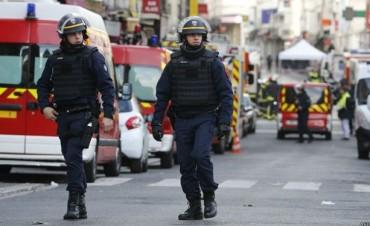 Ataques en París: una mujer se inmola con un chaleco explosivo en medio de allanamientos y tiroteos en el norte de la capital francesa