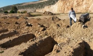 El doble dolor de los griegos que deben exhumar a sus muertos por la crisis