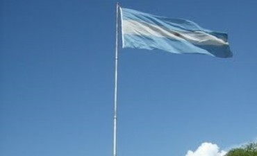 Protocolo brinda explicaciones sobre la ausencia de la Bandera en plaza 25 de Mayo